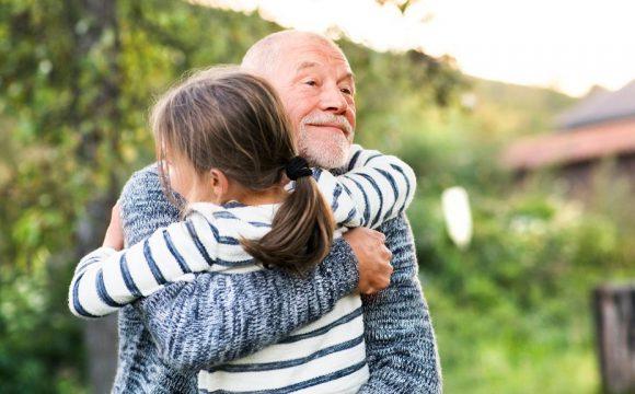Adultos mayores, niños y coronavirus: ¿Es prudente visitarlos?